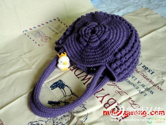 紫色的半圆形钩针编织花朵手提包 求图解
