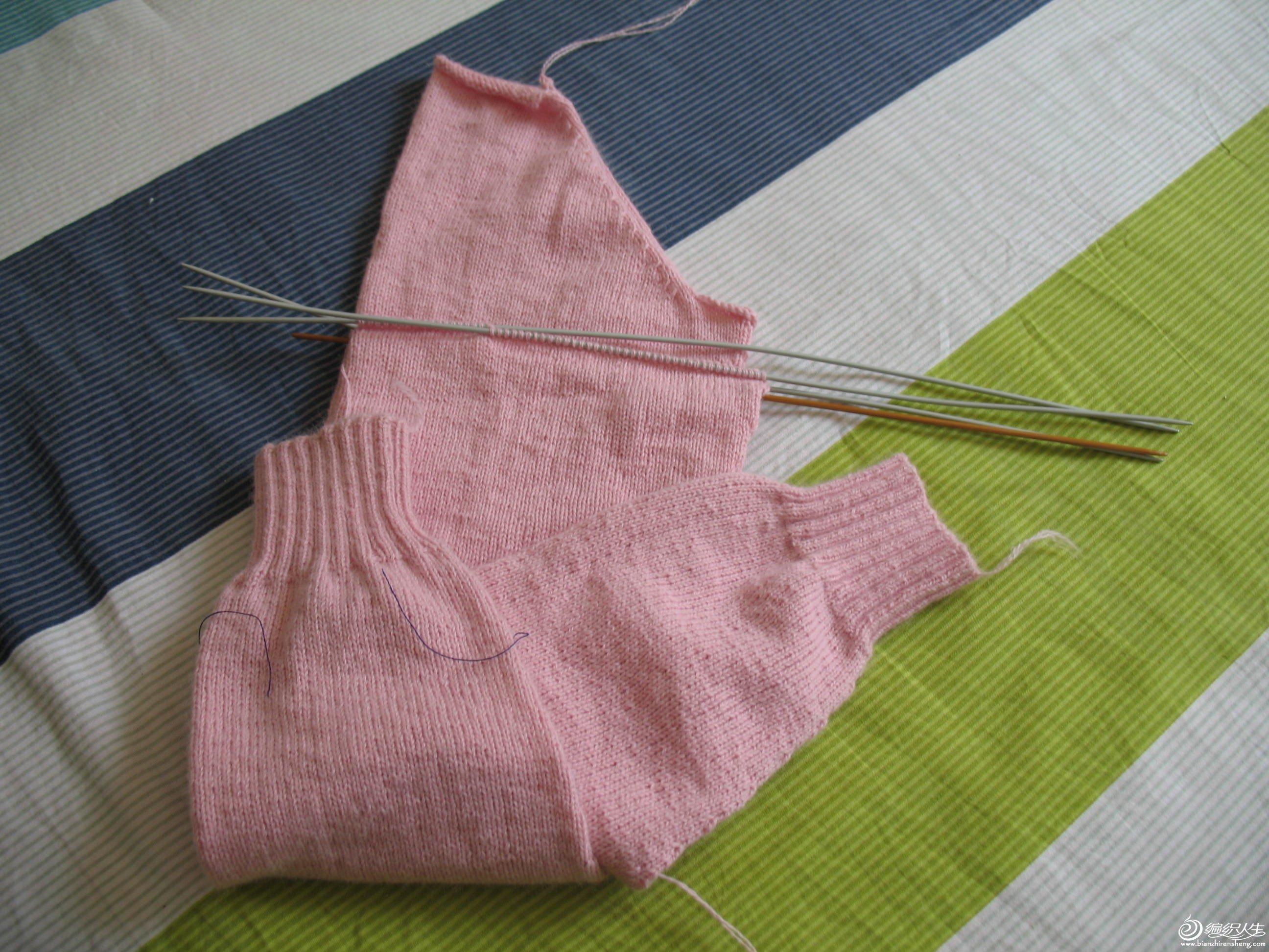 袖子即将完工,织时开始有点涩,后来就习惯了。不掉毛