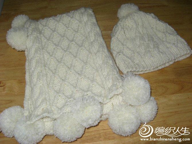 去年织的帽子和围巾。