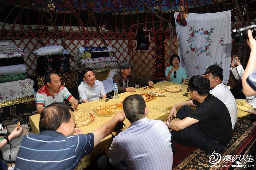 12,在哈萨克牧民家作客,喝奶茶及相关食品。要出钱的哦。.jpg
