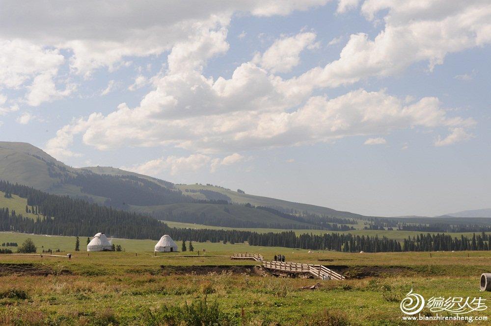 15,蓝天白云下的群山与草原.jpg