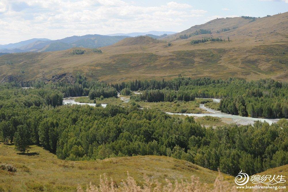 33,河溪对面的山就是哈萨克斯坦了。.jpg