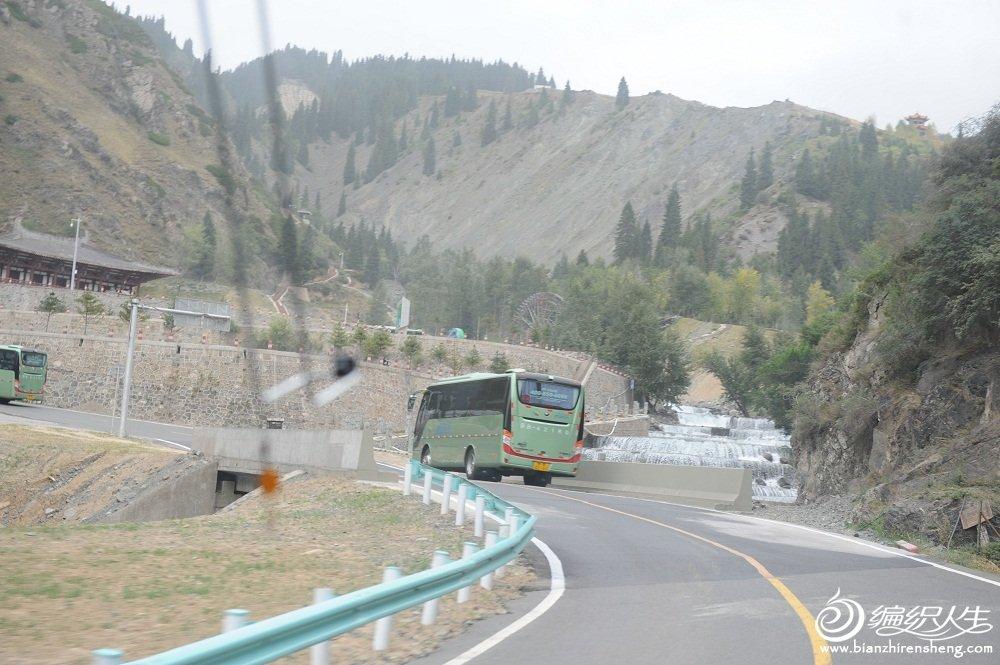 39,去天山天池中路上的盘山公路要过33个弯。.jpg