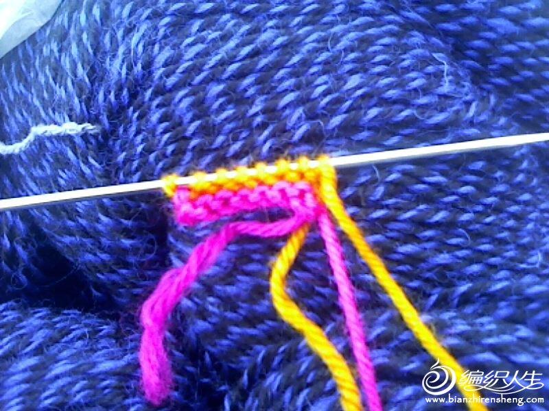 再换一个色织一个来回开始加一针