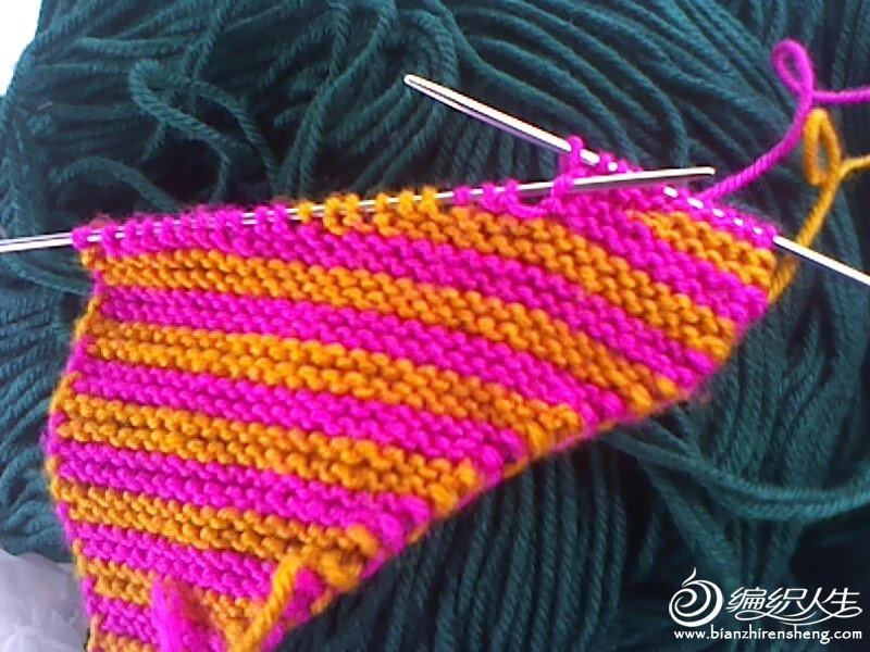 织回来时把下面的一针要挑起和后面一针合变一针在朝前织三针回头织 中间就没有洞