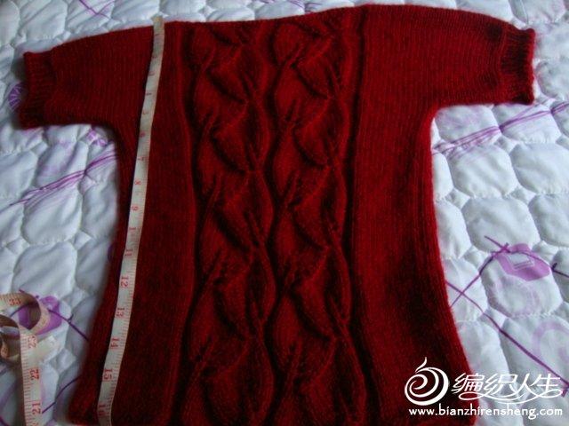 这个最接近衣服的颜色,衣长放尺在上面了。