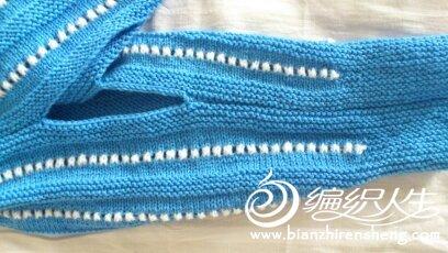 织到一定的胖瘦就缝合了。两片织好后再缝合一起,留出前后织前面的兜兜。