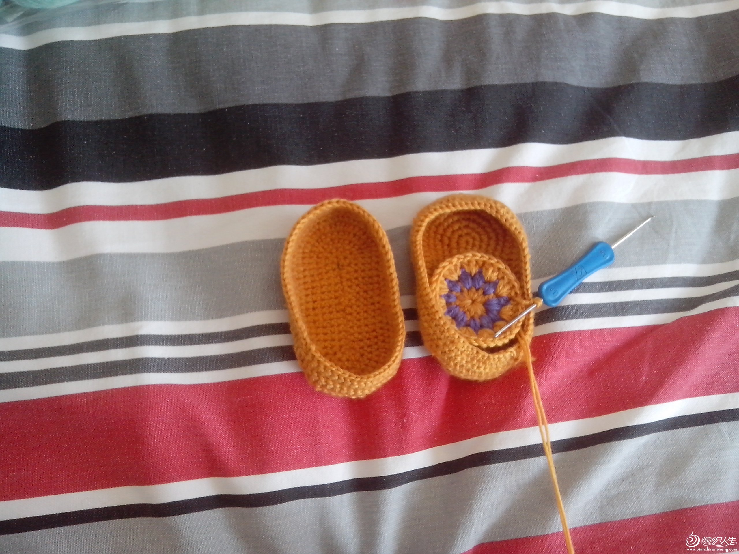 小鞋子还没钩好,一般钩鞋子我都是用双线钩,这样小宝宝的脚不冷。