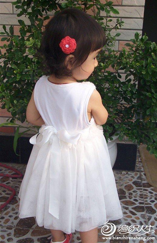 这个小花朵是钩的,专门配这条裙子