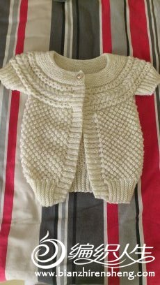 这件横织毛坎肩是9岁到12.3的小姑娘穿的。是用老牌的北极星毛线织的,含毛很多的,看上的姐妹就80元了。