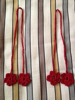 钩两条花朵抽绳待用。