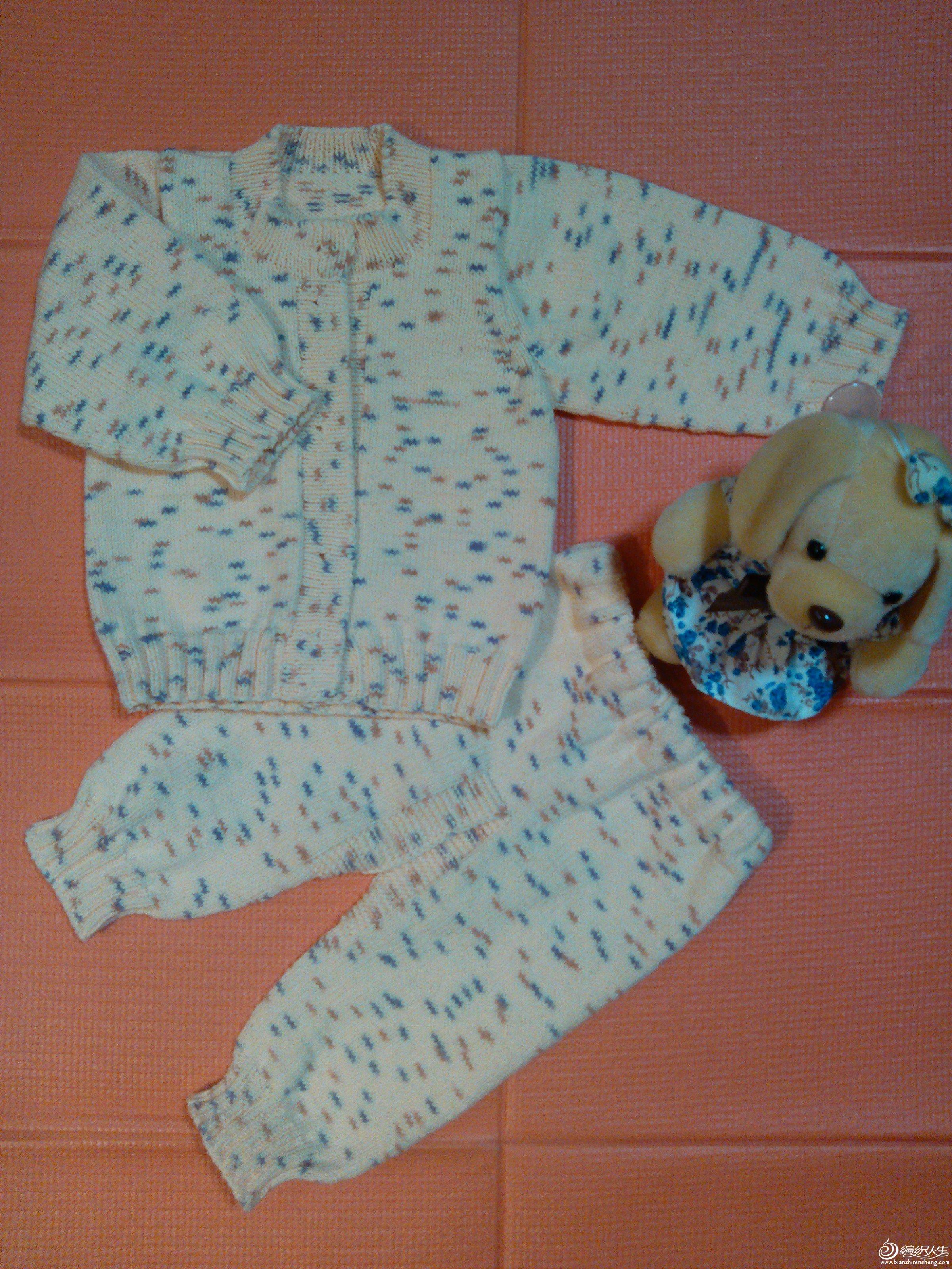 今年生孩子的好像特别多,我自己的表弟,我LG的表弟,我朋友家,只送买的现成的衣服,总觉得心意不够,就想着给每家送套我自己织的毛衣,赶时间织,除了上班以外,其他能利用的时间全用上了,两个礼拜织好了一套,为了节省时间,买了花色奶棉线,也不用另想花样,直接平织,发给大家共赏一下,我非熟手,所以还请姐妹们小心轻拍哦