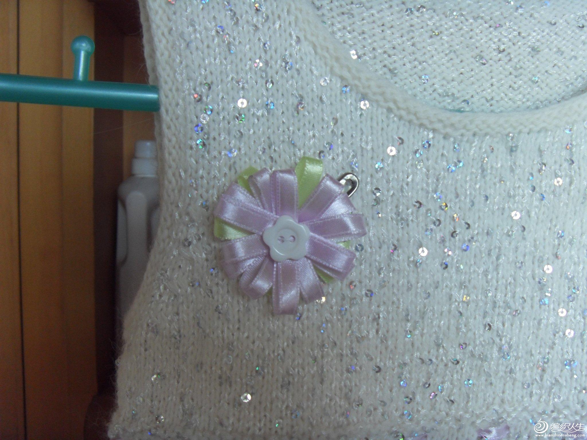 小花也是自己做的哦,丝带是好几年前买的,配着很淡雅吧