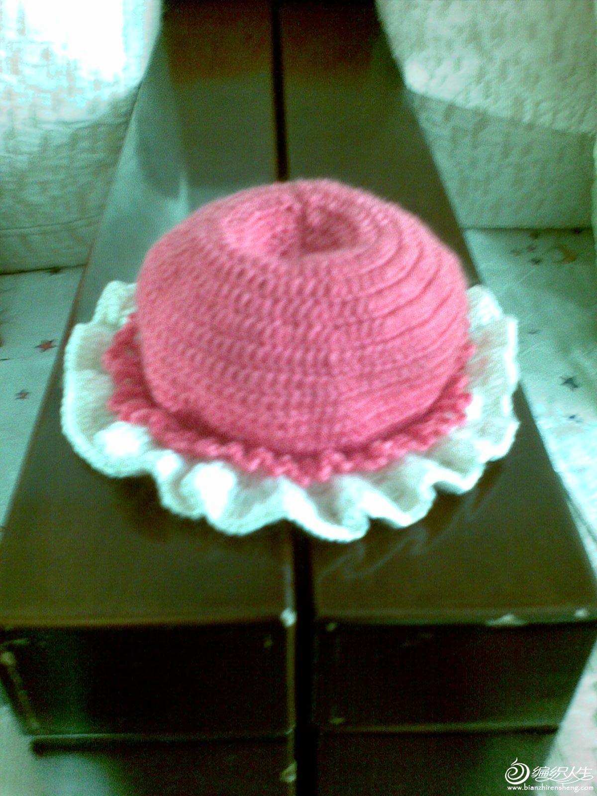 跟叶子学织的帽子,因红色线不够了所以用白线织的边。