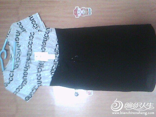 上部分是冰丝,下部分是黑色弹力布,很显身材
