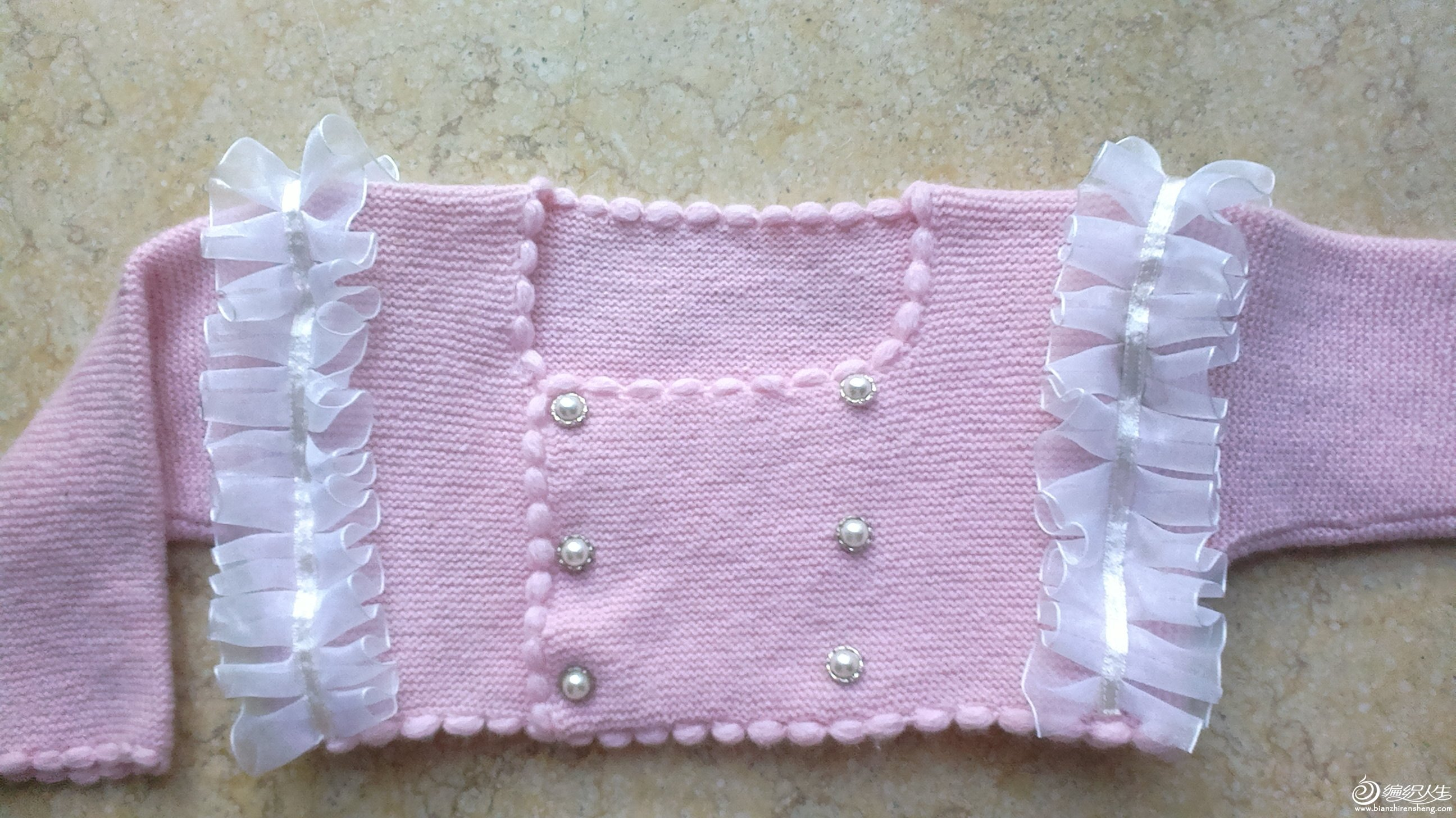 这件织好之后再订花边的,花边是用丝带自己缝的