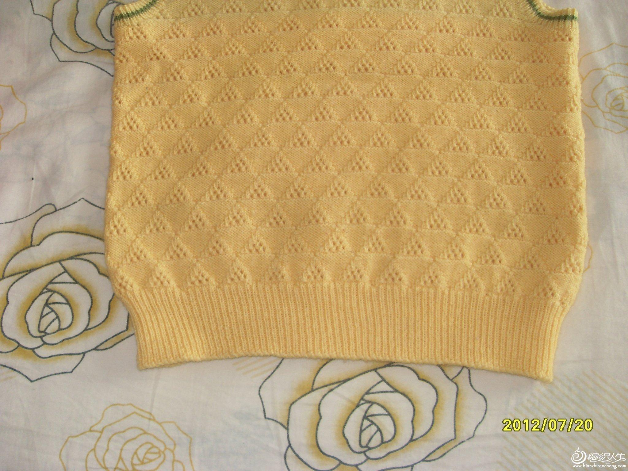 下半部分是新线,花样是照家里的一本毛衣编织书上学的。