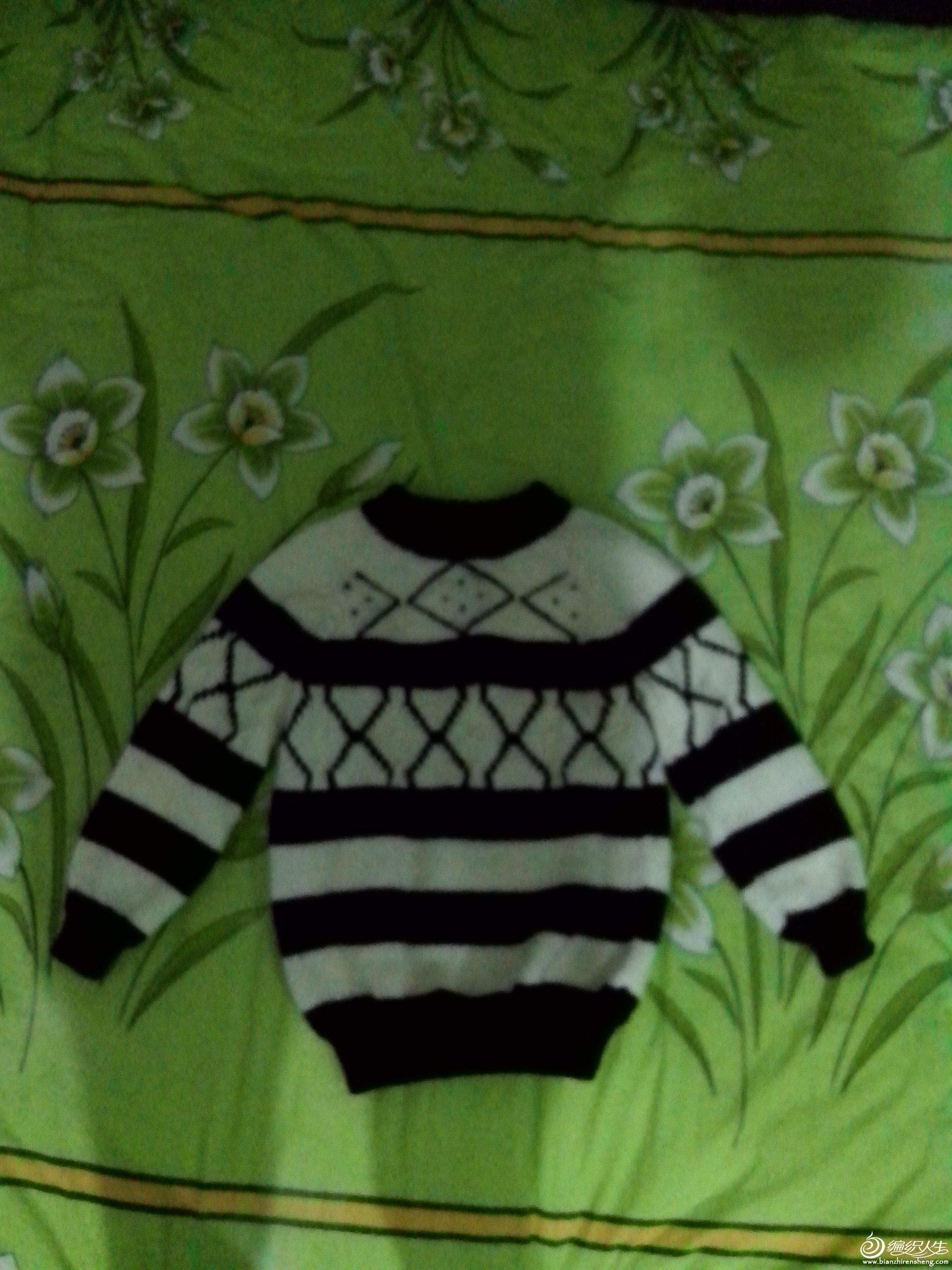 这是用白色和咖啡色毛线织的,图形是用毛线针缝制的,