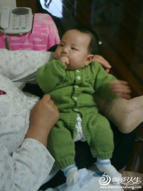 2个月大的时候穿着表舅妈织得连体衣