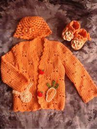 钩小兔子与萝卜做了装饰··配上花朵帽子和小鞋子,是不是很美哦···