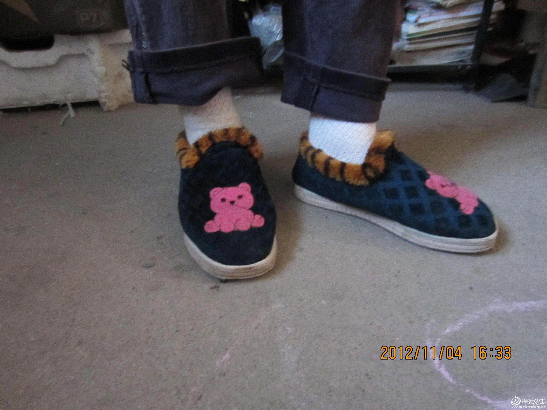 妈妈给做的棉鞋,冬天穿着,轻巧舒服又暖和。我和老公一人两双,款式基本一样,现抓一双看看