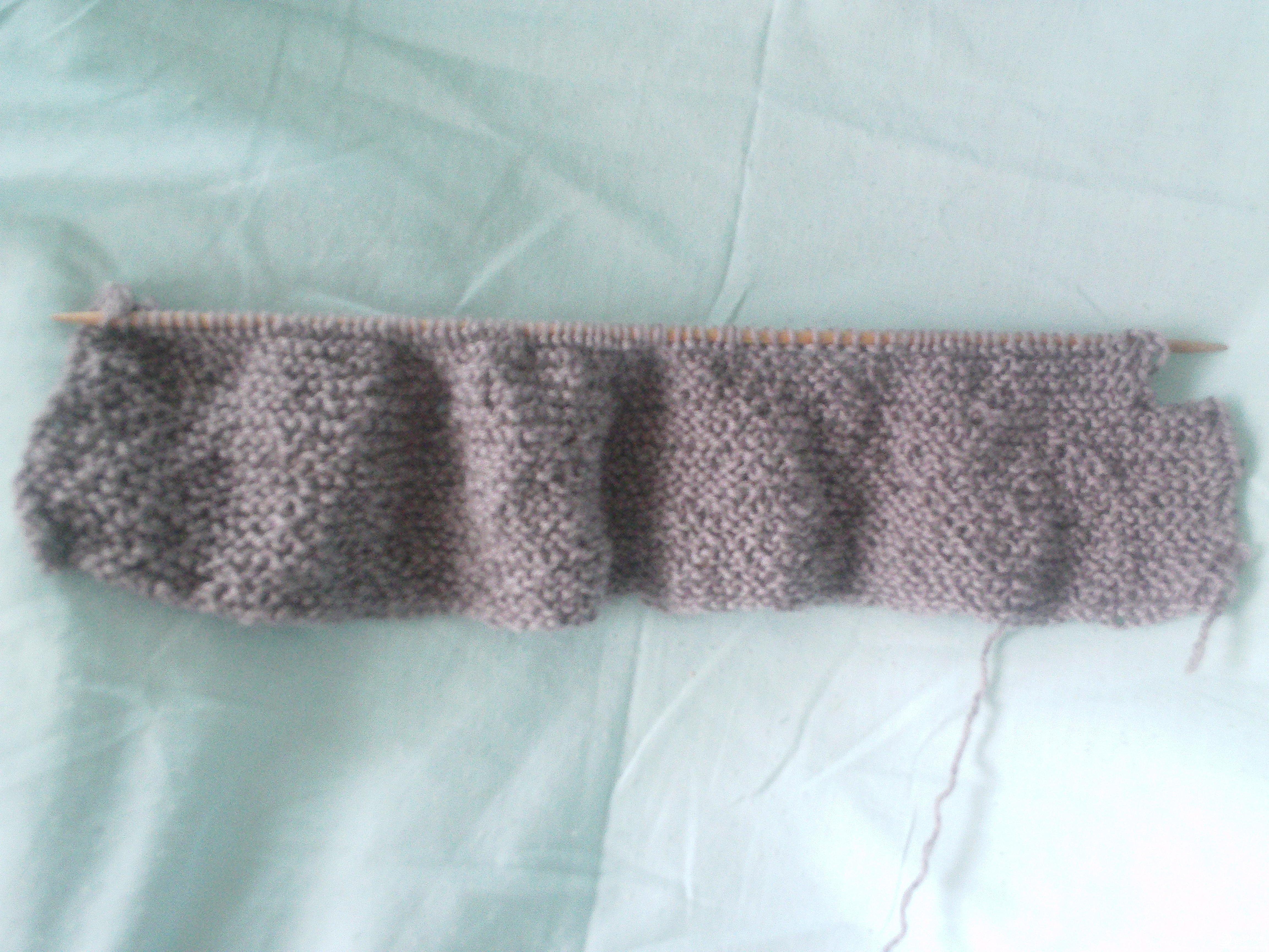 搓板针编织,长度十个脚长,宽度是:脚心到脚面,缺口是脚尖部分。