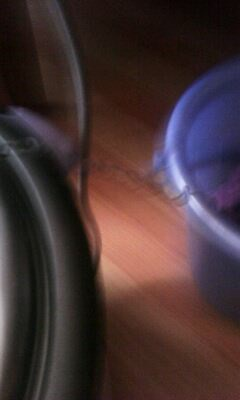 电饭煲把水烧开,把毛线从盖子上的小洞上穿过,在把毛线绕起来就可以了
