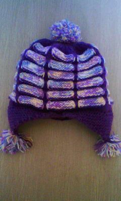 这个香肠帽是给妹妹织的,很漂亮的紫色