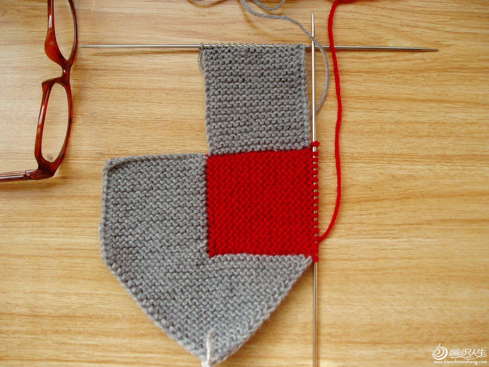 第四步:再从红线处有灰线挑出17针,织17行。
