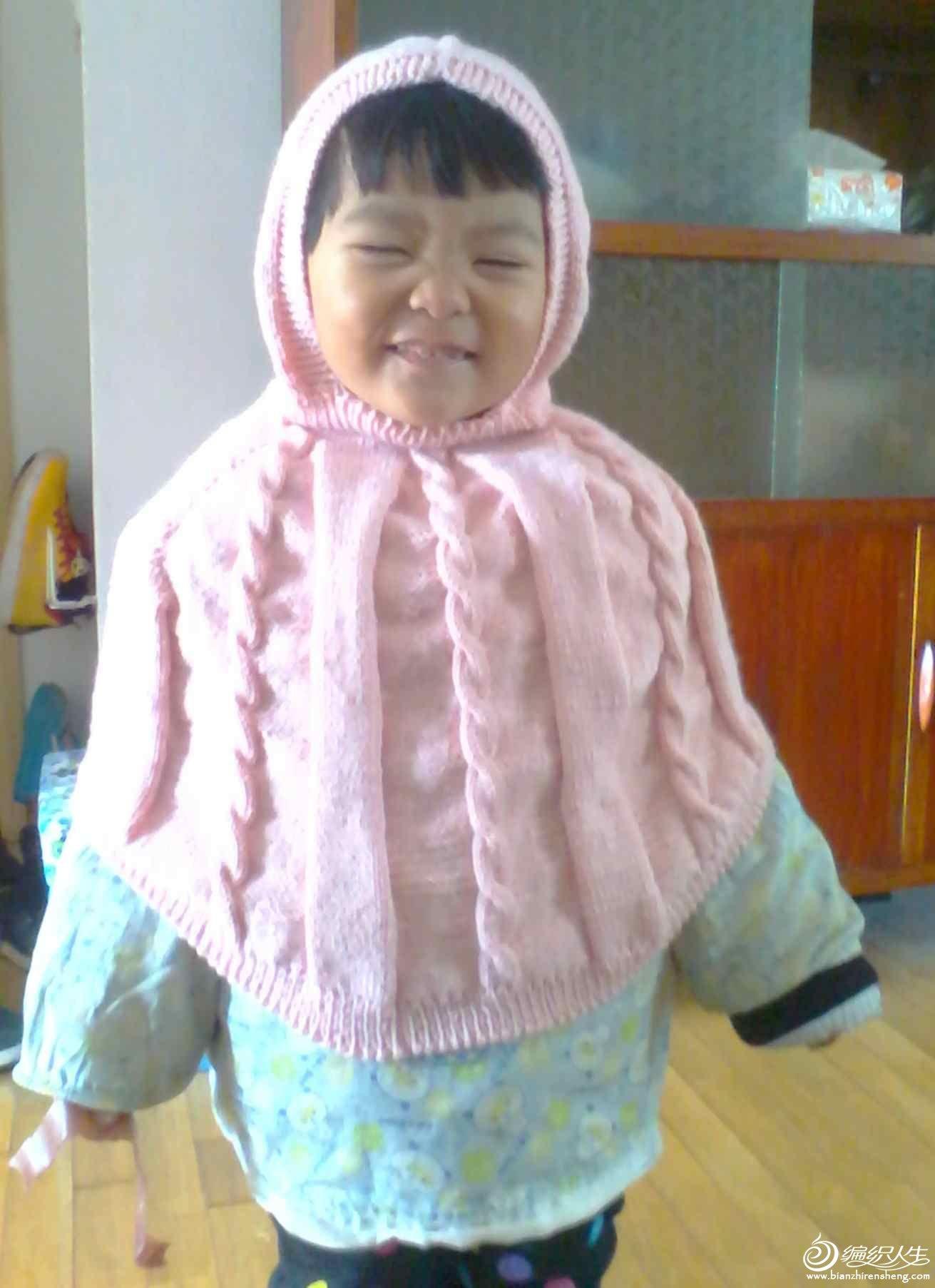 女儿很开心,扮鬼脸