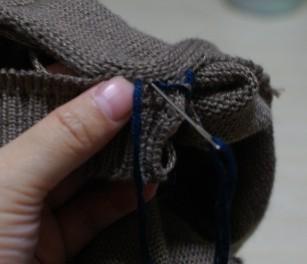 将线从前一个线圈穿入,将衣身和领缝合
