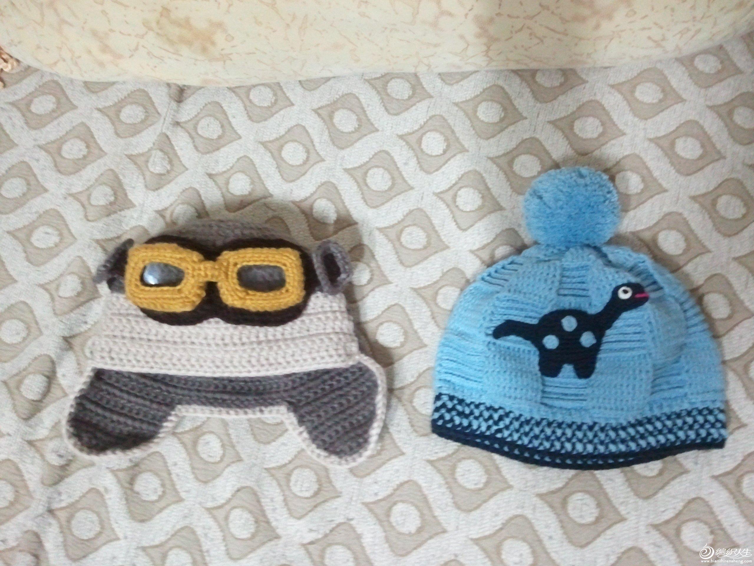 最近钩的两个帽子,左边的个性,右边的实用。所以我更喜欢右边的。