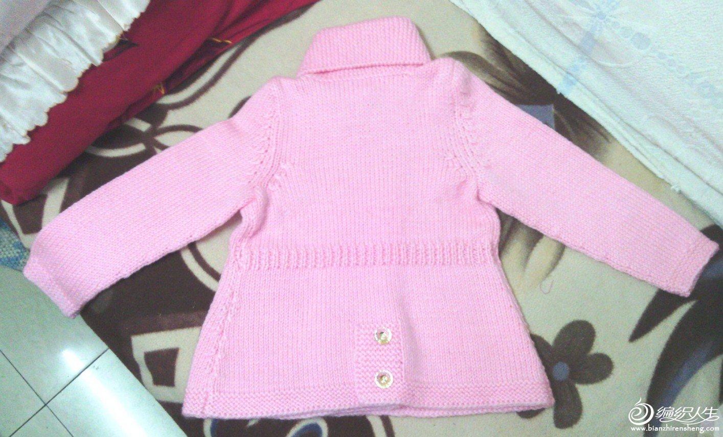 粉红色大衣,后面下摆的钮扣装饰是亮点