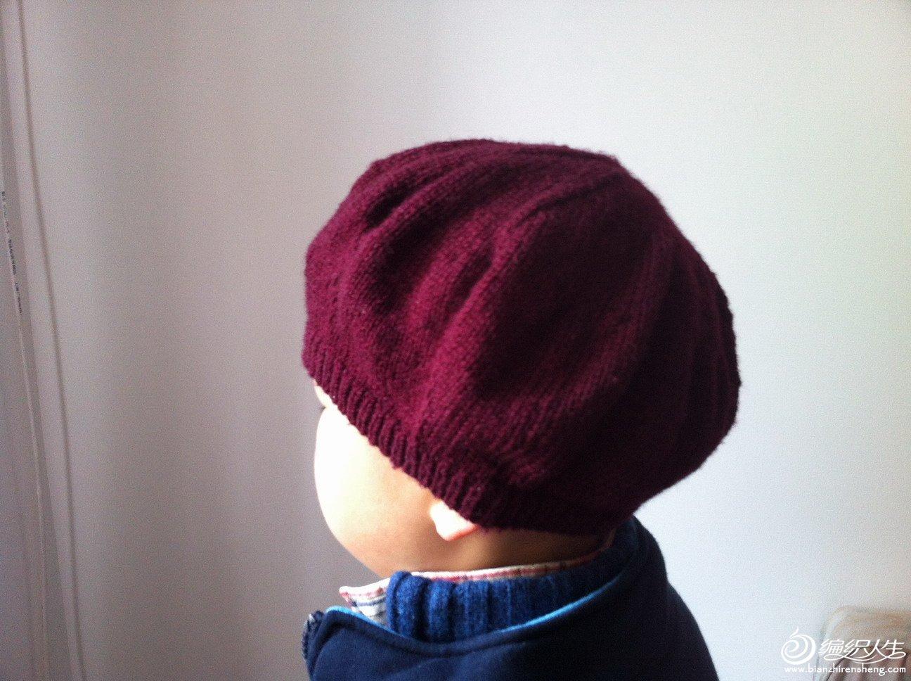 贝雷帽带着儿子的头上
