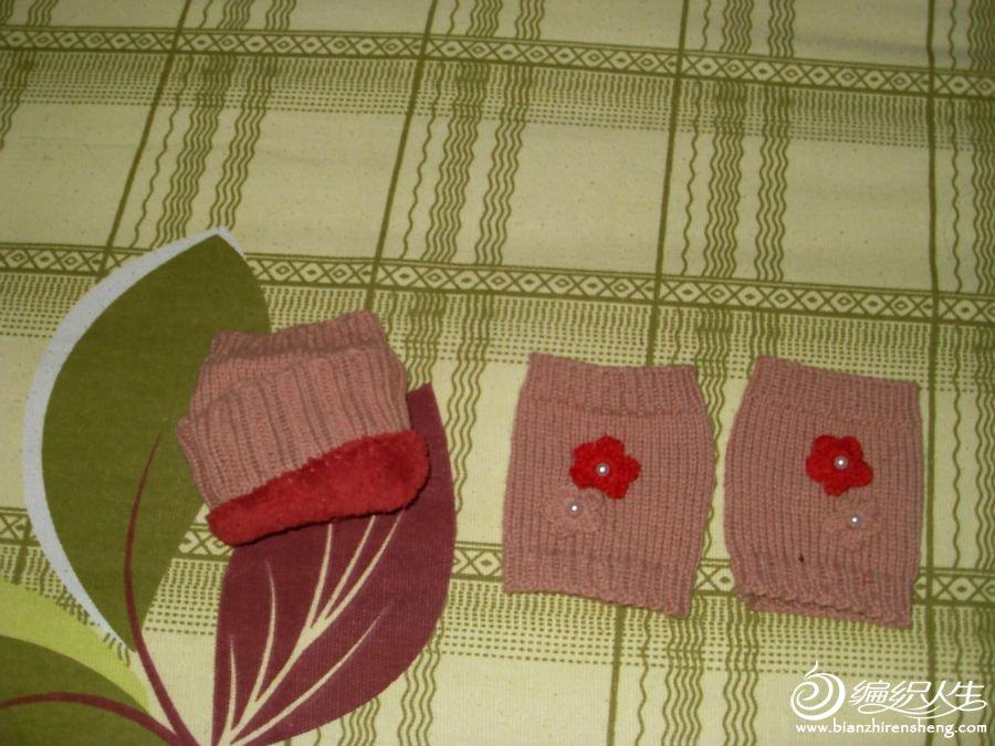 小手套,左边的是大手套里面,我缝了毛毛里,很暖和