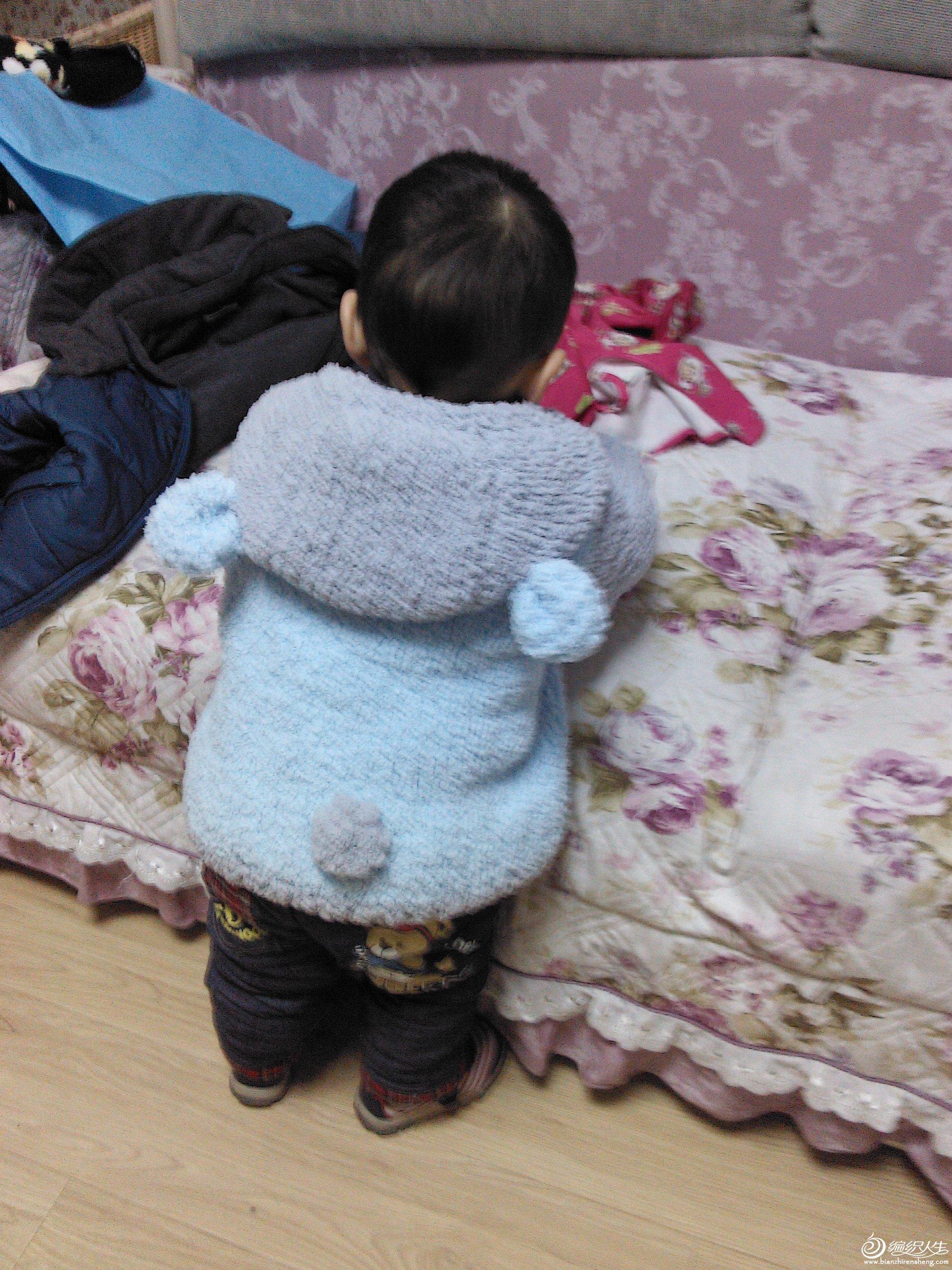 一直想给宝宝织一件这种材质的外套,一直没找到心水的线,要么掉毛,要么味道很重,机缘巧合终于碰到了我想要的线,筷子般粗的针,挖起来不是一般的快啊,嘿嘿,2天就搞定,效果还不错,宝贝又多了件可爱的衣服了,妈妈很有成就感呢!多了线织了双袜子,一个围脖!好多姐妹问是哪家的线,现在把她家的网址贴上,这件衣服大概用了6两左右的线,起头80针,6MM粗的针,