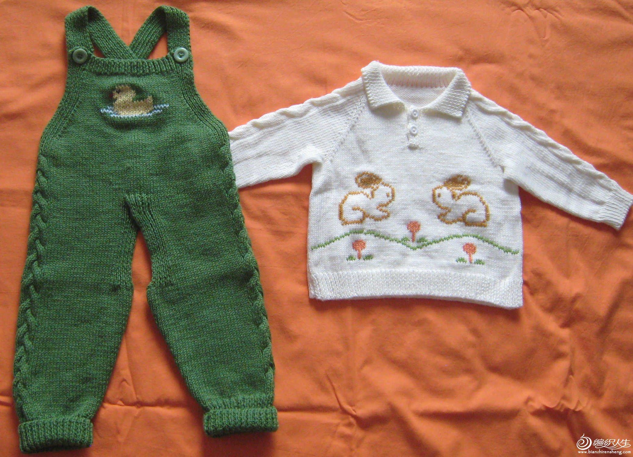 背带开裆裤和小兔图案衣