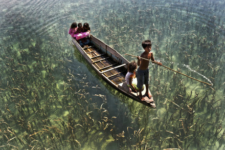 这是马来西亚小镇Sema一群划舟的孩子,像是在天空游荡。