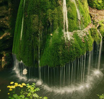 罗马尼亚的瀑布你能想象这是真实的景象