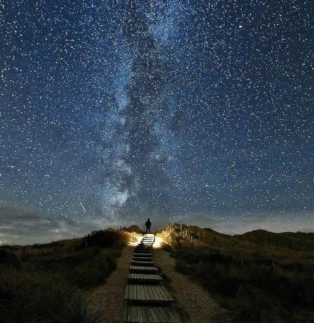 摄影师拍到通往银河系的星路