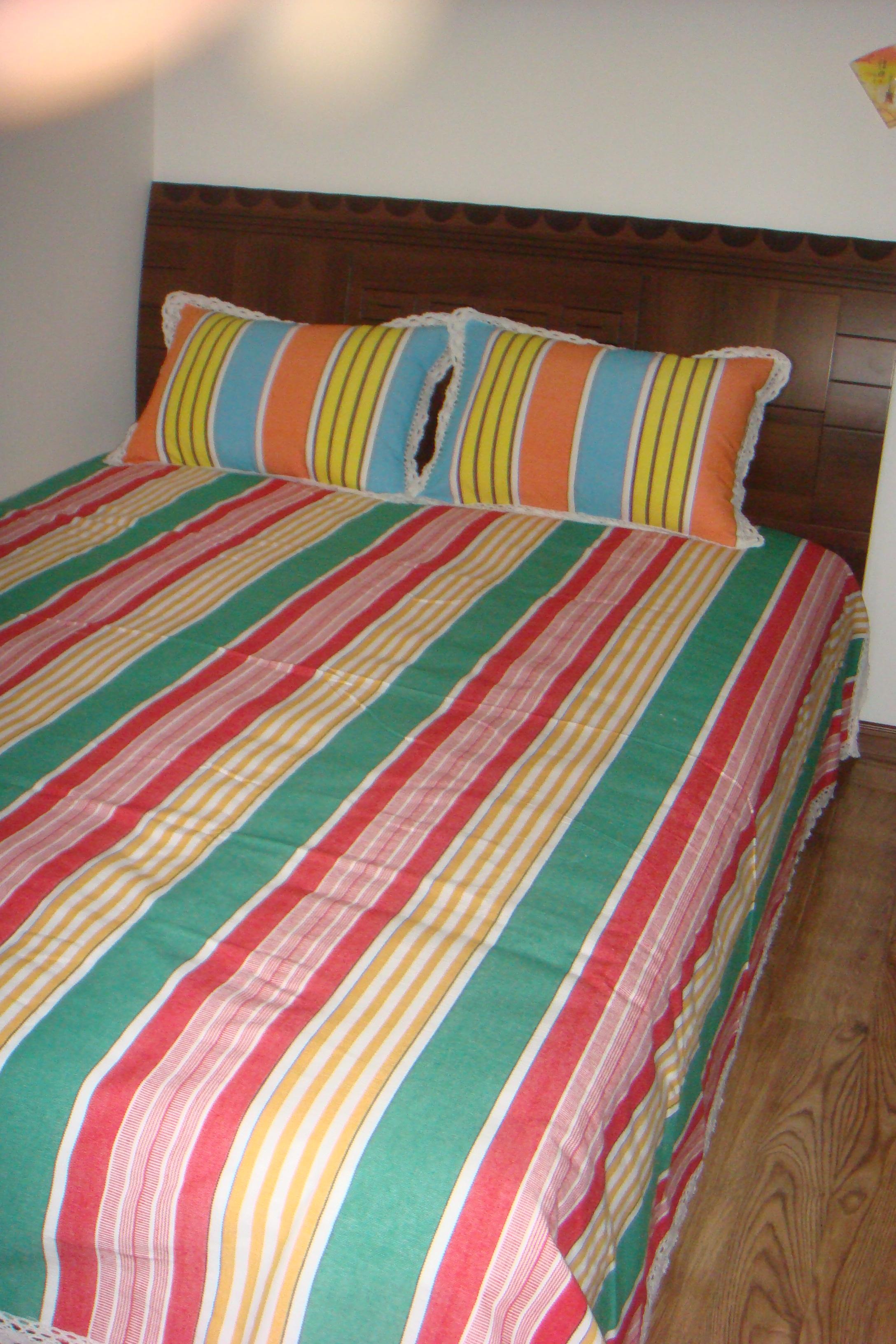 中卧室,感觉床单和枕套不是一套.......?