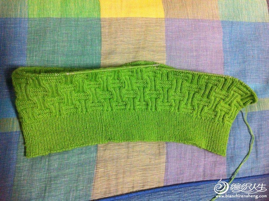 刚刚起完头,织了基本花样的毛衣半成品