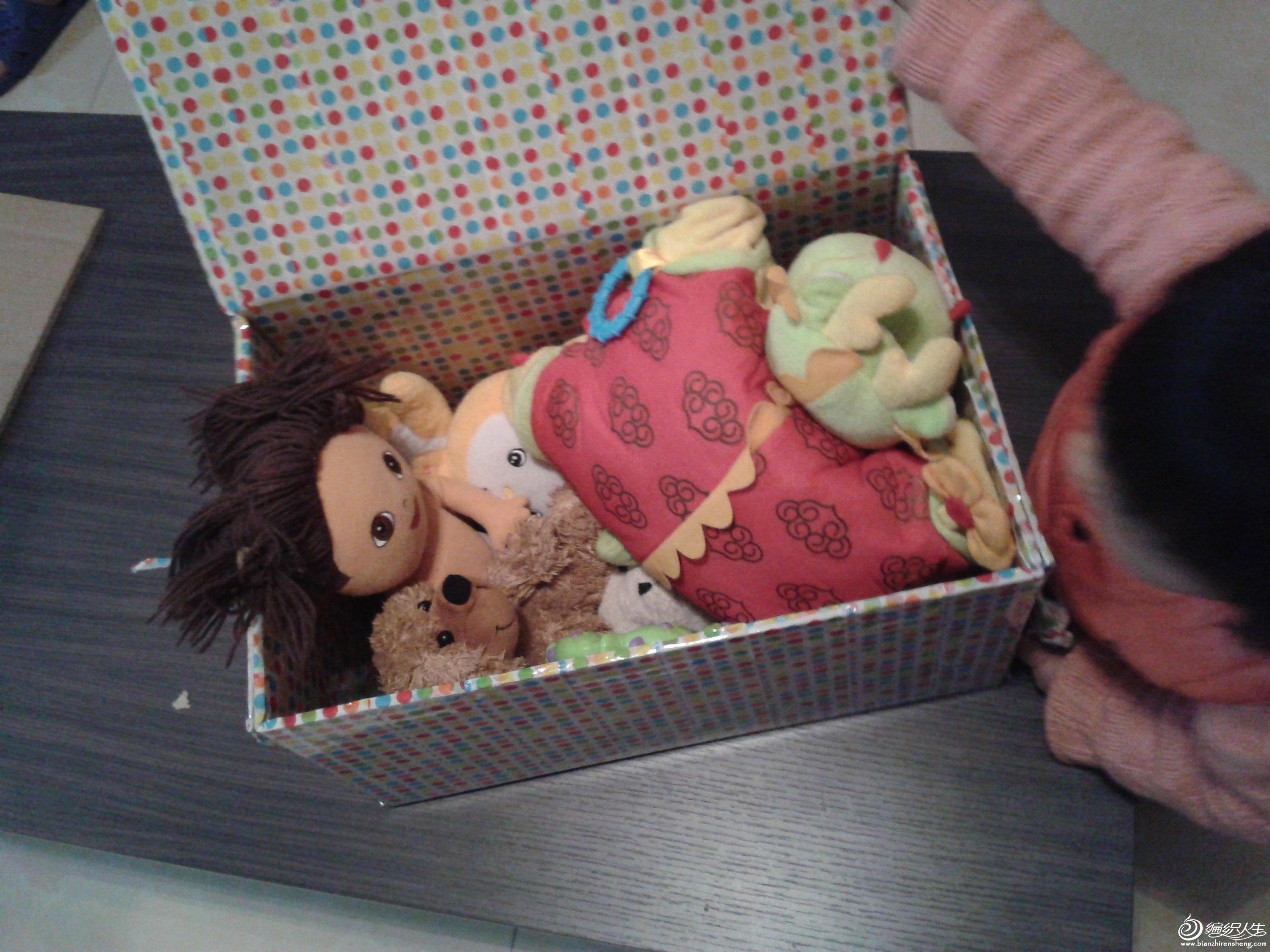 大功吿成,女儿很开心的把玩具放进去了,容量很大的。