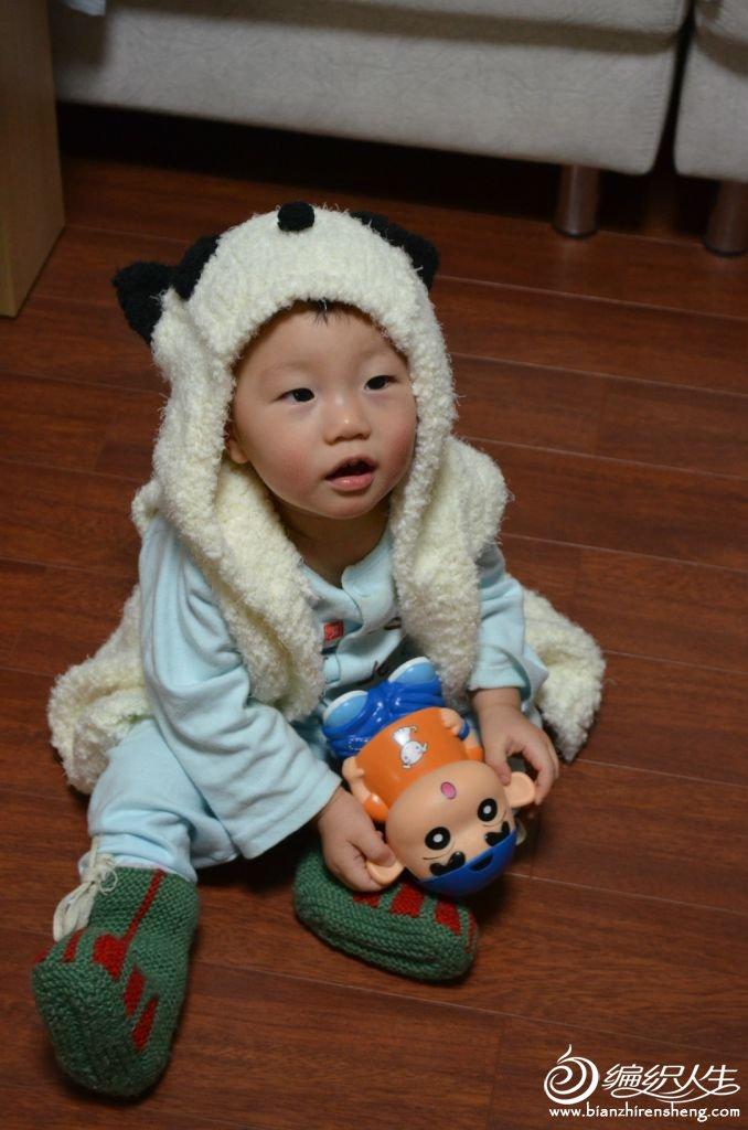 熊猫坎肩孩子很喜欢,但拍照的时候宝宝困了,不兴奋了,小新也提不起他的兴趣