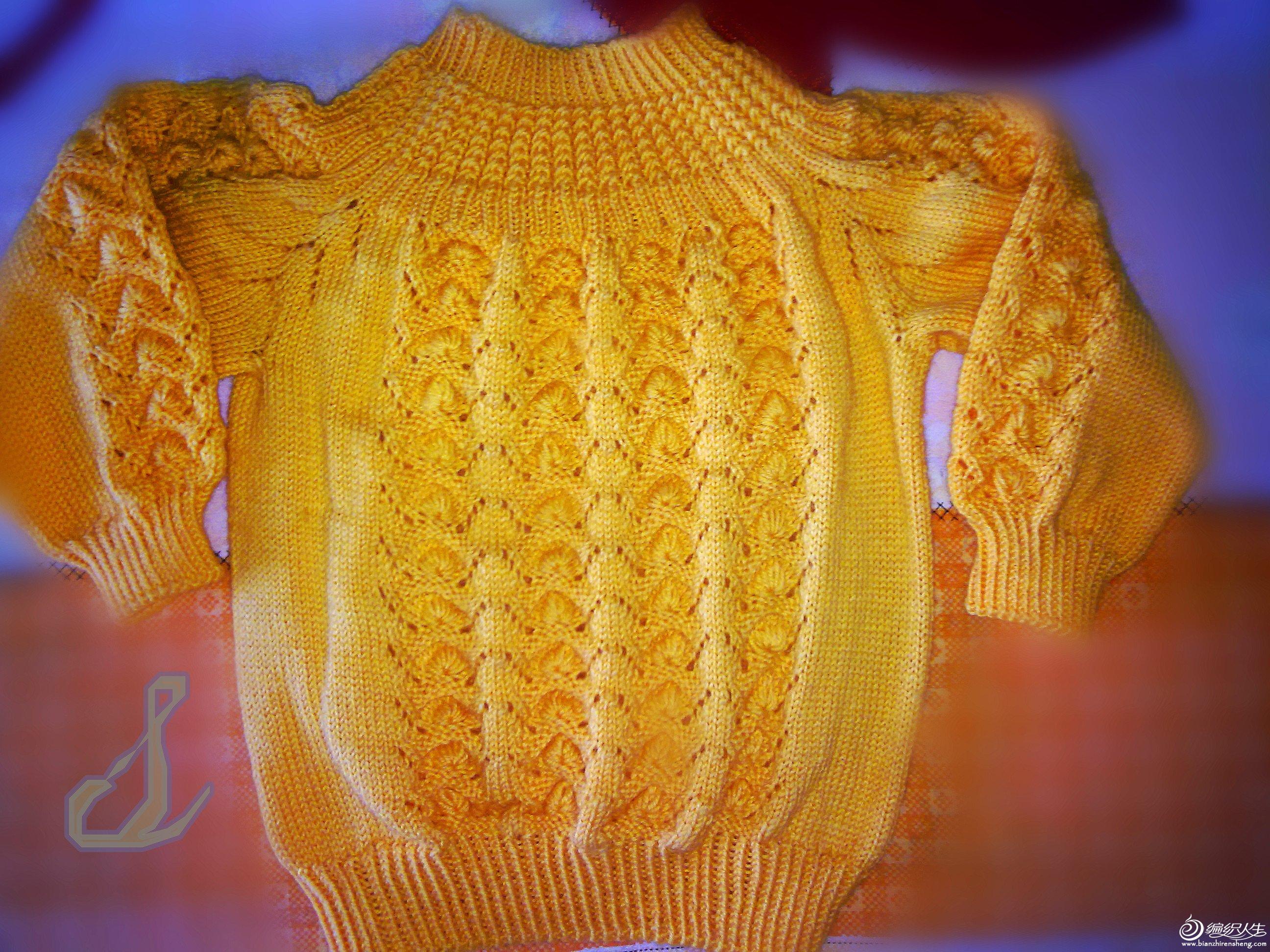 上衣。这个黄色很好看。不过被我拍的有点失真。其实可以改变针数。这样大人,小孩都可以穿的~