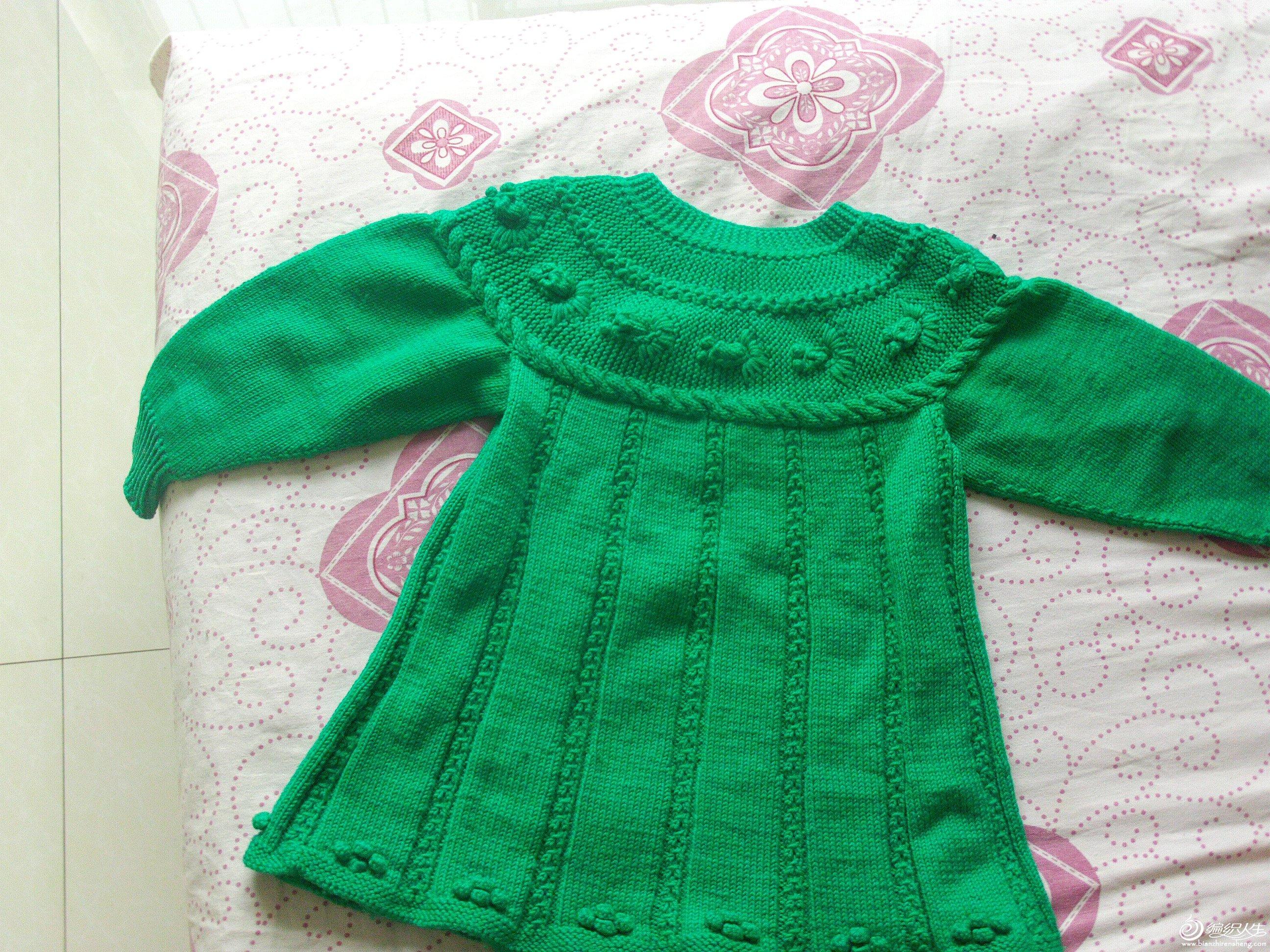 孩子喜欢金鱼毛衣,我对着网上的教程琢磨了很久,孩子要求织成小裙子的样子,我又做了前后差,穿起来很合适,孩子不在家,不然上几张真人像,过几天补上哈。http://www.bianzhirensheng.com/bangzhenjiaocheng/20091229-16854.html参考这个织的,谢谢做教程的姐妹啊