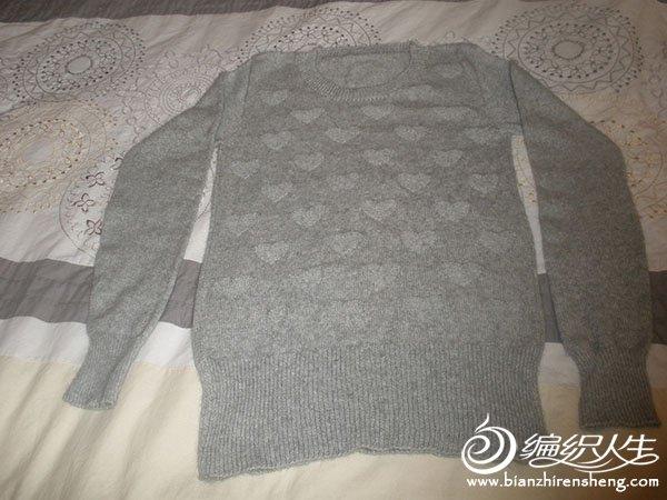 毛衣很简单,用了心形图案;围巾是仿的,比较喜欢那个穗子图片