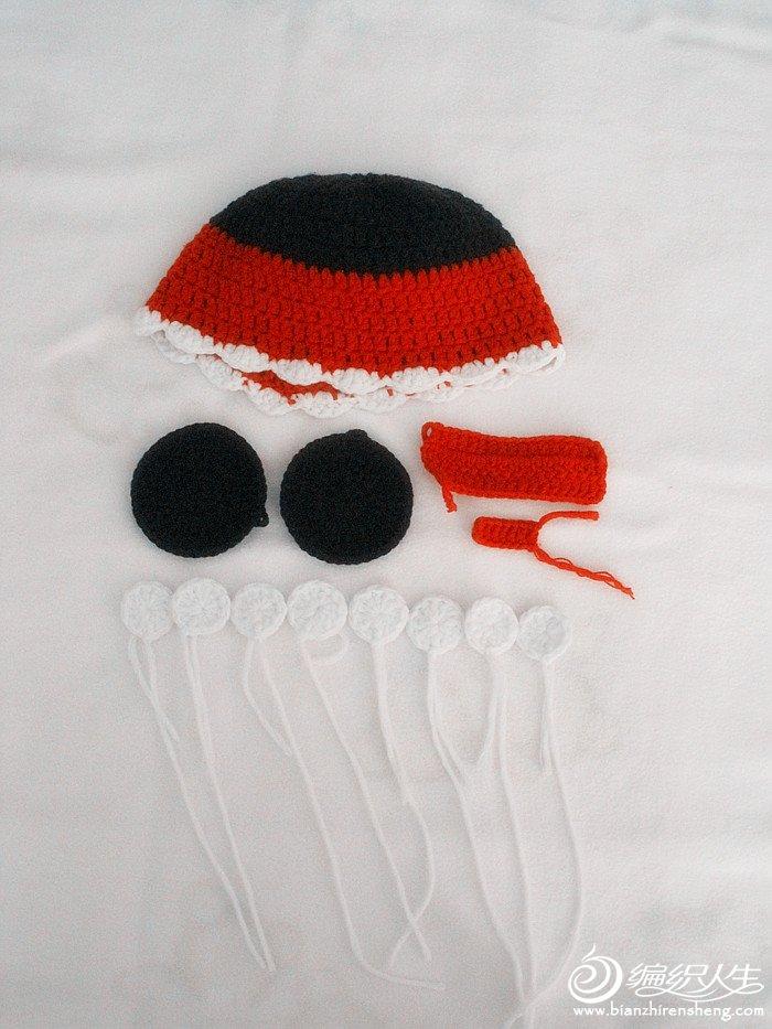 这是芊芊妹纸的第一顶帽子,芊妞从出生就没戴过帽子,只有那次拍百天照的时候戴了,当时就蛮看中米奇帽子的,那顶是纯黑色的,我不是太喜欢,所以这次就钩了红黑经典色的,因为是奔着冬天去的,所以比较大,冬天戴也不知道会不会大,妹纸典型的小头,但是帽子本身还是蛮可爱滴!
