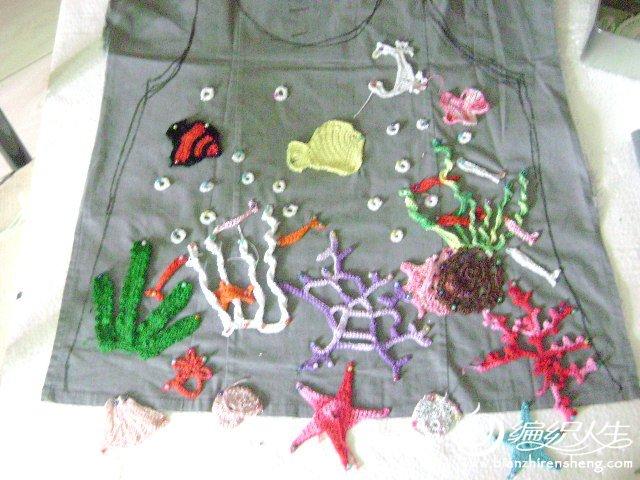 最初在俄文杂志MOA看到这件衣服的时候,一下子就被它无与伦比的美所吸引。平静的海水中,水草在轻轻的摇曳,五彩缤纷的鱼儿在美丽的珊瑚、水草间悠闲的穿梭,自由自在。可爱的小贝壳、海星、海胆静静的躺在海底的沙滩上,任海水轻抚,任鱼儿嬉戏.......(引用小荷老师的话!希望老师不要计较!) 首先要感谢雪韵老师、雅绮奶奶、小荷老师。。。让我女儿有了这件美丽的海底世界。衣服已经钩好一个月了,一直想着有机会去海边拍完真人照片在来发帖子,可是孩子放假好忙。。要等到8月才有时间去海边。。。等不急了,只好去市政府广场的音