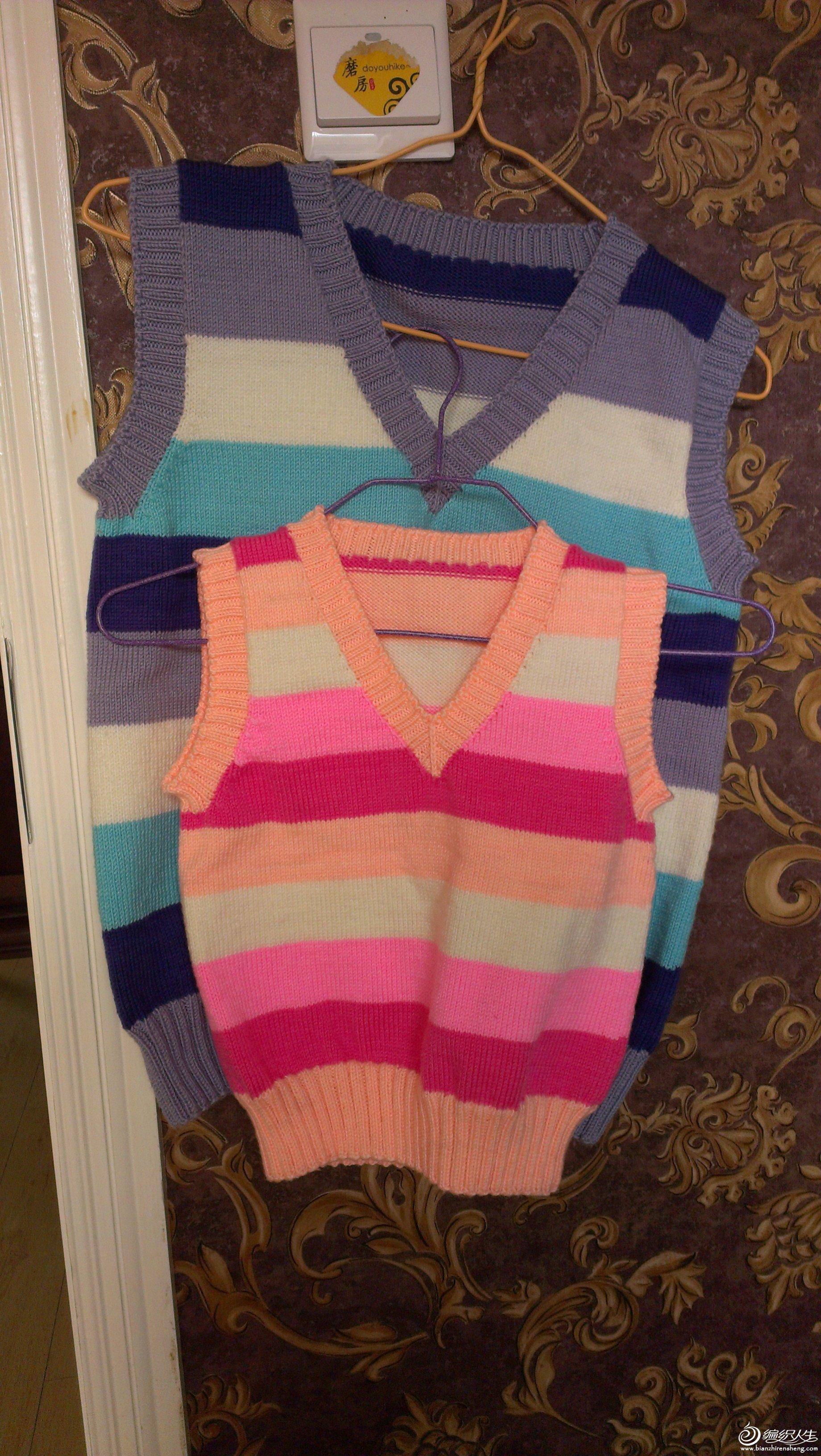 儿童背心    前几天天凉快下来了,买了点线给侄儿和侄女织了件小背心